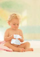 Baby mit Feuchttuch