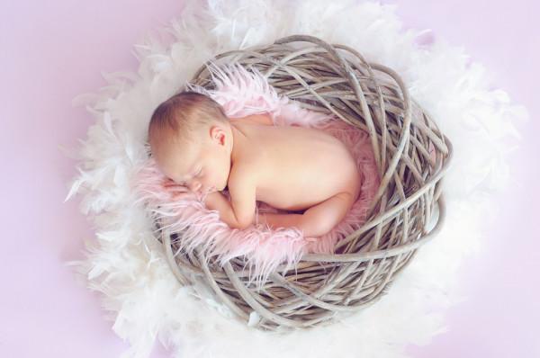 Baby Fuß mit rosa Bändchen