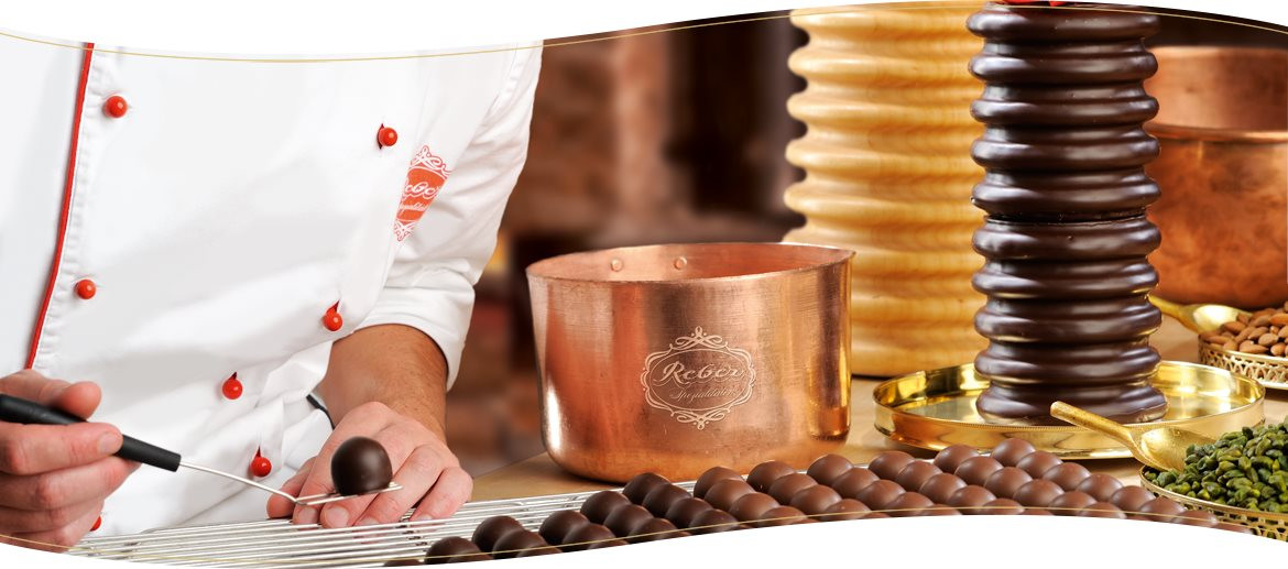 Reber_Banner_Pralines_Production Mozartkugeln, confectionery, chocolate coating Pralines