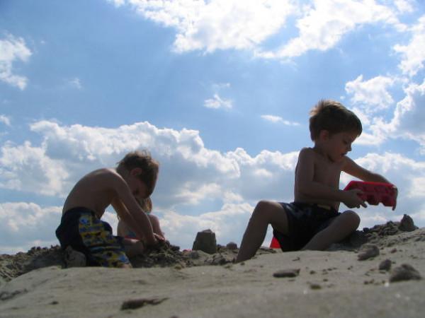 Kind spielt am Strand