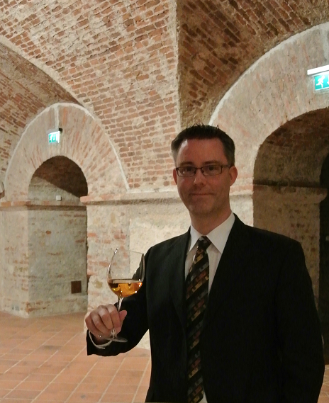 Martin Seiler im Weinkeller mit Glas
